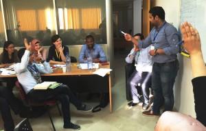 المشاركون أثناء التصويت على اختيار موضوع لتطبيق التوجيهات المتعلقة بالبحث النشيط