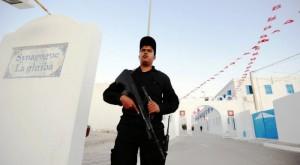 """عون أمن تونسي في مدخل معبد """"الغريبة"""""""